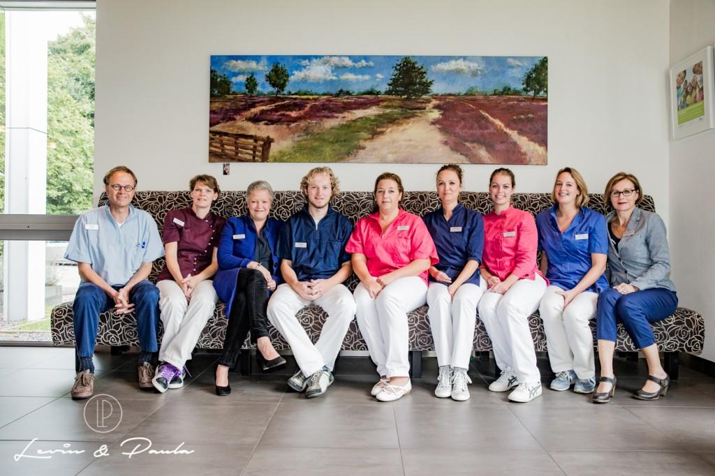 GIETEN - Tandartsenpraktijk QuaTand is met hun hele team op de foto gegaan. FOTO PAULA VAN DER MEEREN - LEVIN EN PAULA PHOTOGRAPHY